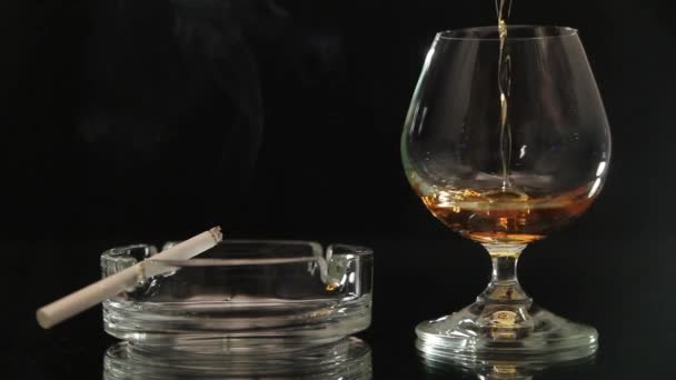 -Egy üveg pour pálinka füstöl egy cigarettát, fekete háttér