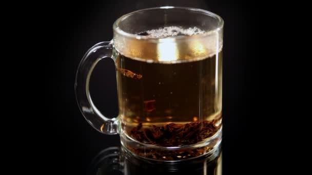 šálek čaje nalije vařící vody