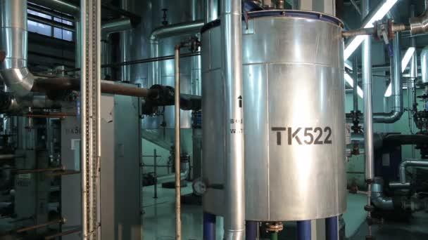 Kreisförmige Metalltanks in der Fertigung