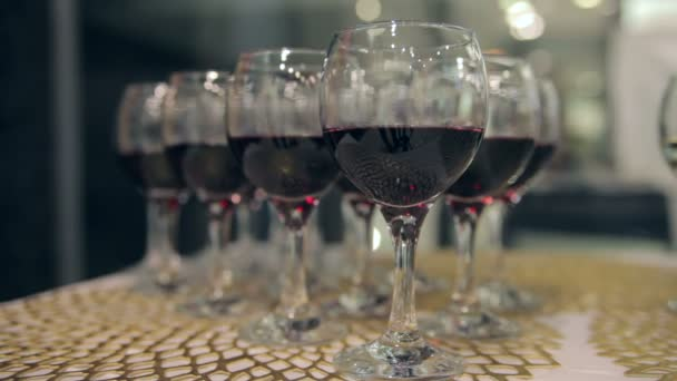 egy pohár bor az asztalon.
