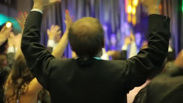 Lidé tančí před pódiem
