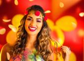 Žena, oblečená pro noční karneval