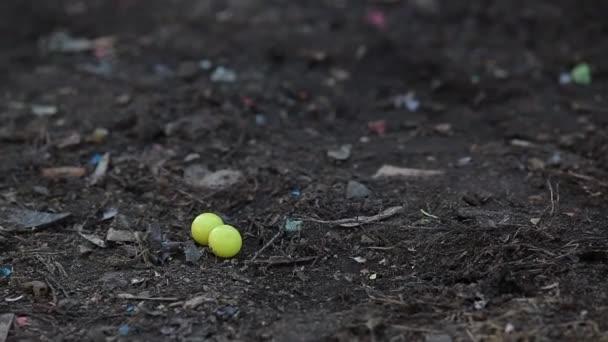 Muž rozdrcený nohy paintball míč