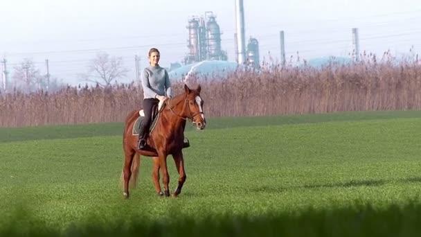 Šťastná dívka jízda na koni