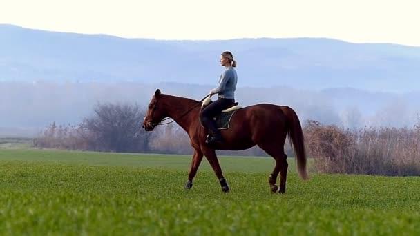 Boldog fiatal lány lovaglás a búza