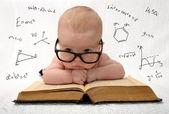Kleines Baby in Brille mit vielen Verlockungen