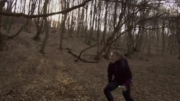 Turista ztracený v lese Hoia Baciu, nejstrašidelnějším lese, je něčím překvapen a běží se schovat za strom. Slavný strašidelný les s tajemnými událostmi a duchy.