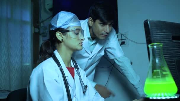 Junge asiatische Ärzte diskutieren Bericht über Computer in Klinik 4K