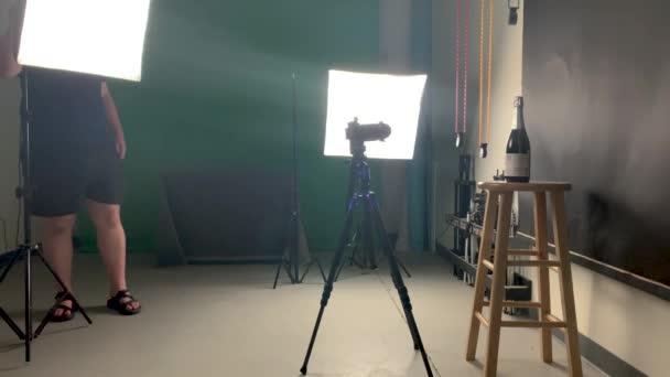 Fotograf im Studio bewegtes Licht, Produktaufnahme, Stativ statisch