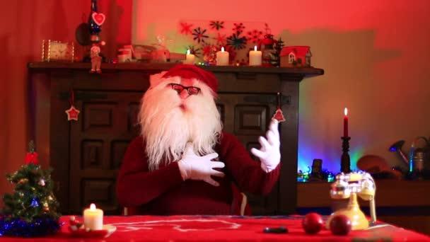 Santa Claus mává a loučí se s gesty rukou