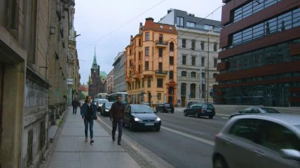 Seitenansicht des postmodernen National Forum of Music Building im Hintergrund mit bescheidenen architektonischen Entwürfen neben den Autobahnen in Breslau Polen - Weitwinkel