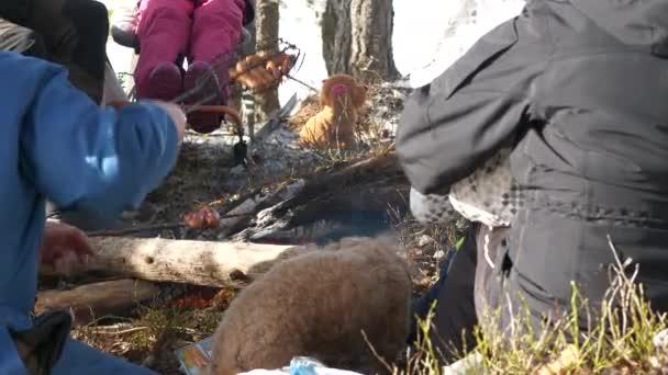 Piknik v lese, vícegenerační rodinná turistika v zimě