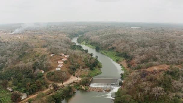 Cestování po řece, přehrada na řece v Angole, Afrika 1