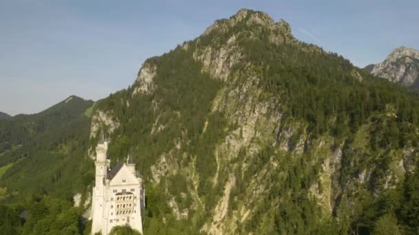 Erstaunliche Luftaufnahme von Schloss Neuschwanstein - eine der beliebtesten Touristenattraktionen Deutschlands