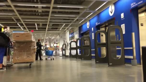 Az emberek arra várnak, hogy lifttel menjenek be az Ikea boltba.