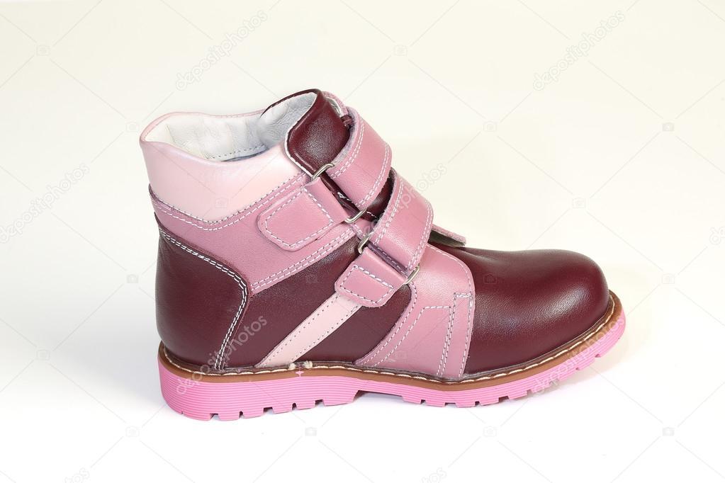 eb0e9d31e089df Herbst-Schuhe für kleine Mädchen auf weißem Hintergrund — Stockfoto ...
