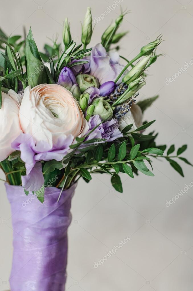 beau mariage rustique bouquet de lavande violette et renoncules fleurs avec du ruban satin lila. Black Bedroom Furniture Sets. Home Design Ideas