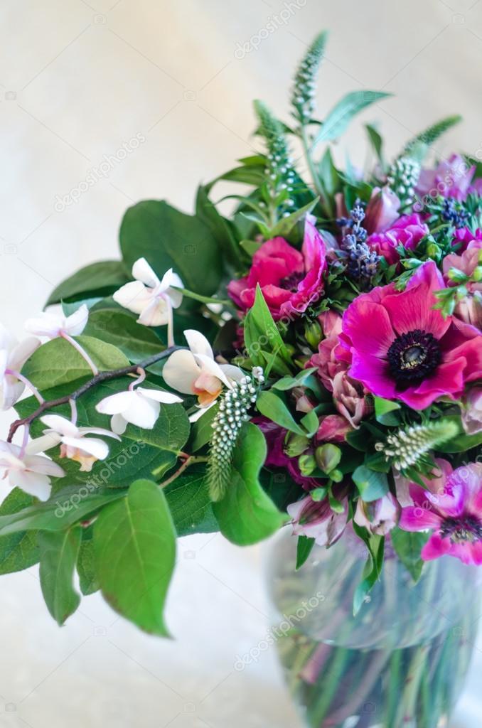 ac05b123018 Όμορφα ρομαντικά μπουκέτο με ροζ anemone και orchid λουλούδια στο ...