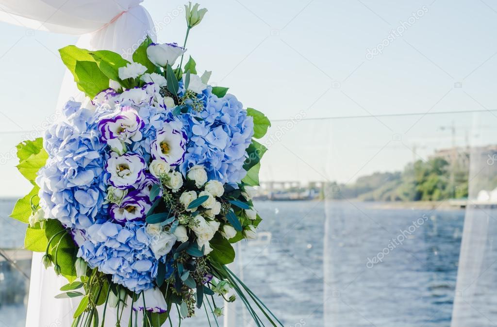 Stilvolle, modische Bogen Hochzeitszeremonie mit blauen und weißen ...