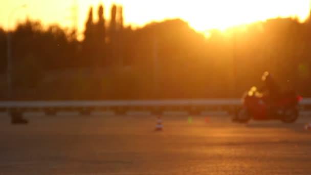 Motocykl jízda motorkáře Moto Gymkhana lekce při západu slunce z zaměření pozadí smyčky