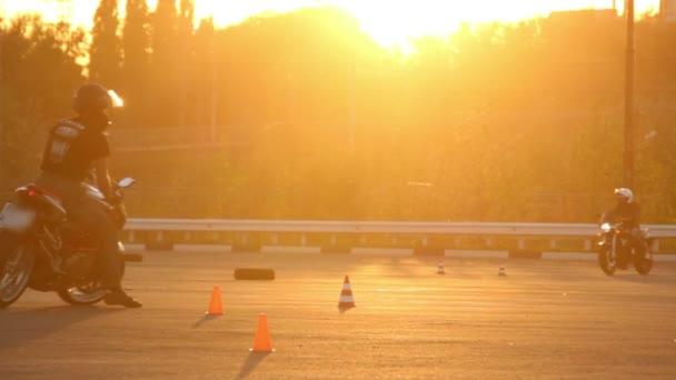 Motocykl jízda motorkáře Moto Gymkhana lekce při západu slunce