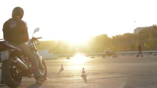 Lipetsk, Rusko - 3. listopadu 2015: školení Moto Gymkhana, motocyklisty, stojící na motocyklu při západu slunce