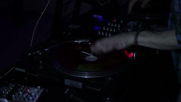 Moskva, Ruská federace-22. listopad 2015: party v klubu pátek, DJ škrábe vinylové rekordy a míchá na palubách na diskotéce v nočním klubu