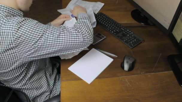 Muž drží platebních dokladů s šeky
