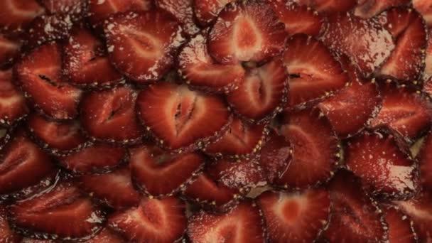 rote Erdbeerscheiben, dreht sich gegen den Uhrzeigersinn