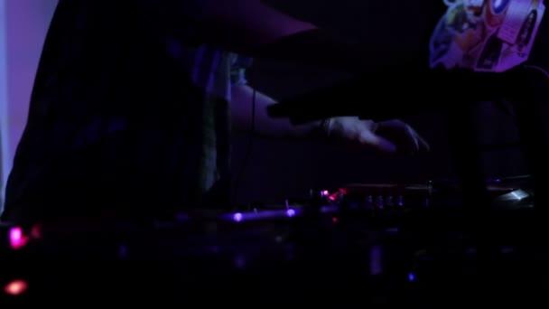 DJ scratching vinylových desek a míchání na palubách na diskotéce v nočním klubu smyčky video
