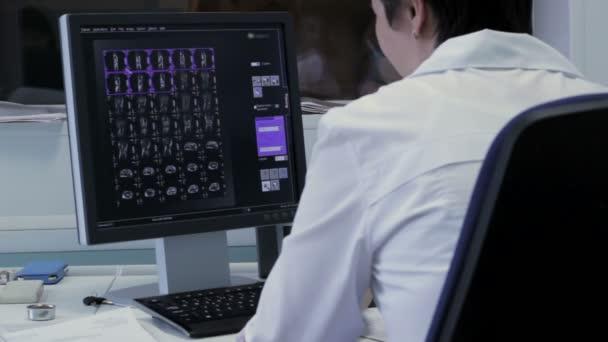 Arzt arbeitet mit Röntgenstrahlen am Computer