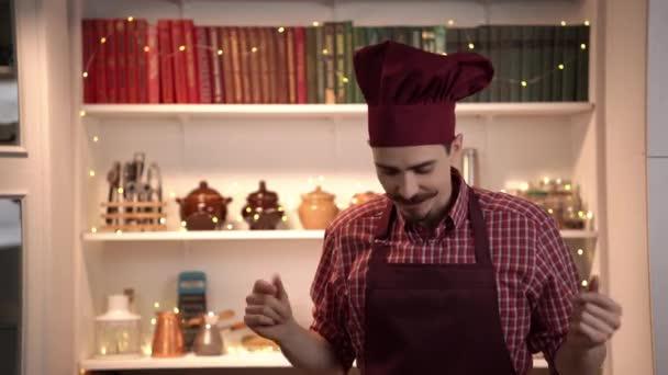 Rád jídlo blogger zdraví diváky a začne vysvětlovat, co se chystá vařit ukazující ingredience
