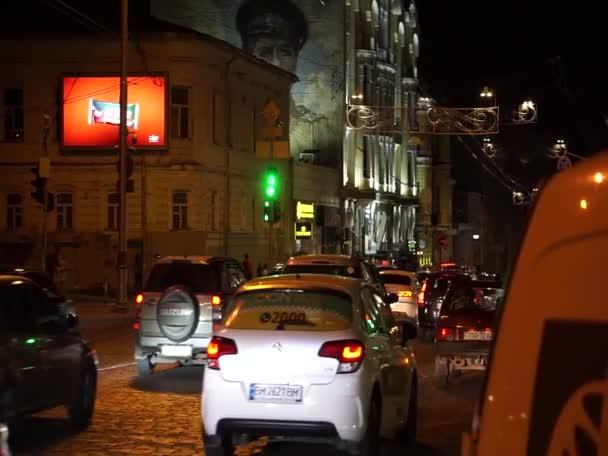 Pohyb automobilů v noci, podél Sumské ulice, v Charkově, 1. srpna 2020