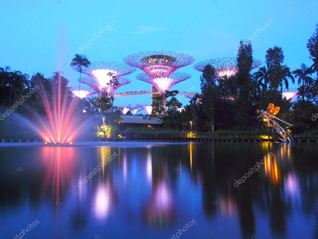 MARINA BAY ,SINGAPORE, May 30, 2015: Big Tree light show night time with the fountain in Garden