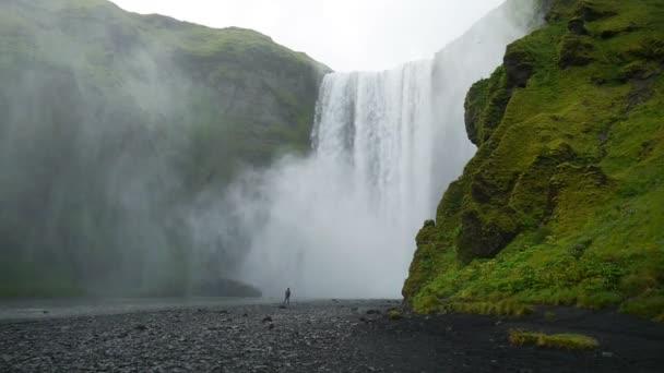 Slavný Skogarfoss vodopád na jihu Islandu.