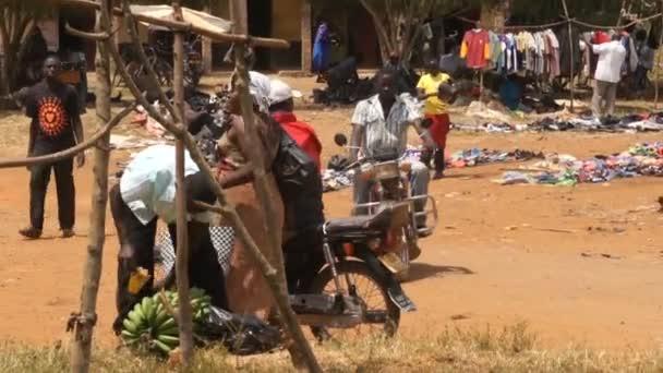 Dav lidí chůze venkovských vzdálených trhu, okresu Samburu v Keni, Afrika