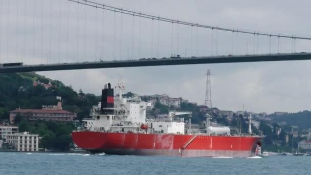 Nákladní loď plachty pod mostem Atatürk.