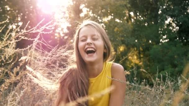 Gyönyörű lány vidáman nevet