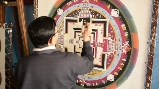 Nepálské umělec vytvoří tradiční mandala obraz