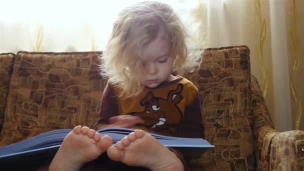chlapče, čtení knihy