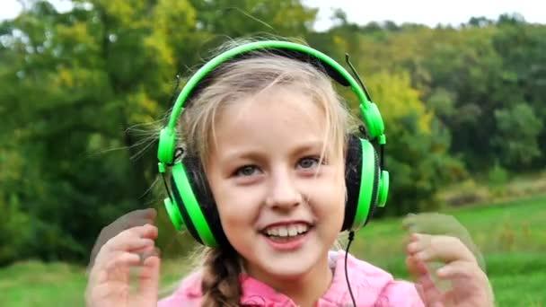 A lány nevetve fejhallgató
