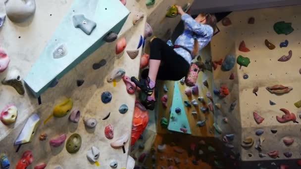 kis lány mászás, mesterséges sziklák