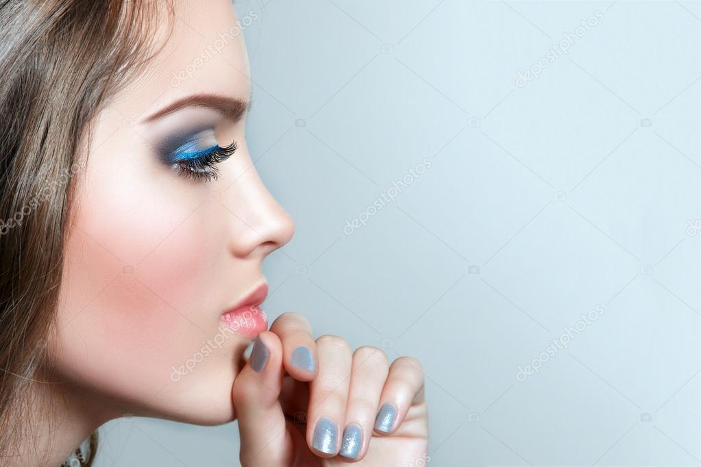 bellezza donna scelta mano vicino al fronte foto di alexakr
