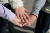 Fotografie Kinder Hand in Hand zusammen