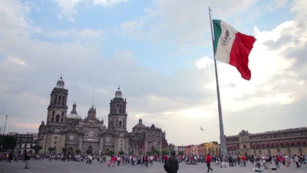 Mexico City: Teljes lövés. Metropolitan Cathedral és mexikói zászló