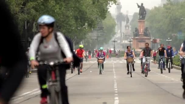 Mexico City, Mexikó-kb. június, 2014: a kerékpárosok és a futók élvezi a vasárnapi kirándulás