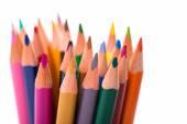 Parta barevných tužek na bílém pozadí
