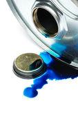 Ocelové chemikálie buben s znečištění nádobí bílé pozadí
