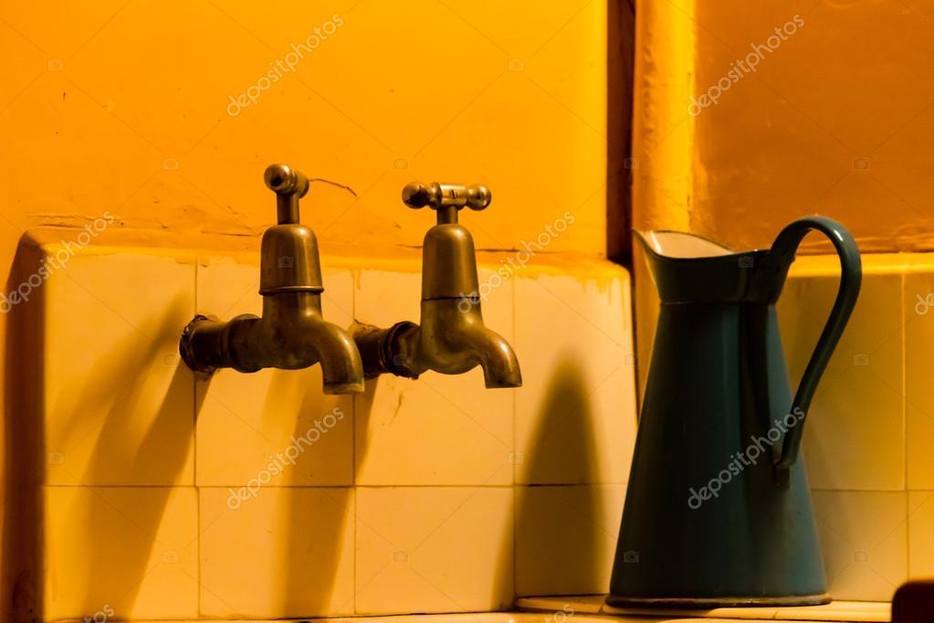 Rubinetto Del Bagno In Inglese : Acqua del rubinetto inglese depoca con annaffiatoio u2014 foto stock