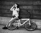 Barevná venkovní portrét krásná modelka s kol. sexy žena pózuje v létě
